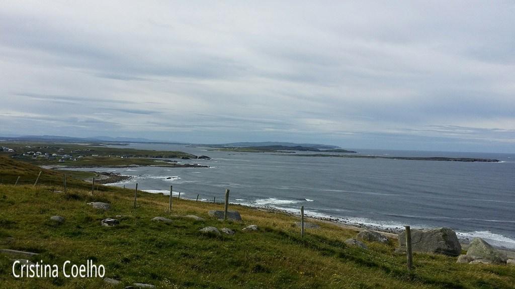 Vista das ilhas Inishsirrer e Inishmeane da estrada R257 em Brinlack