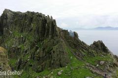 Vista do penhasco que protege o mosteiro e parte da escada em pedra. Ao fundo a Irlanda - Skellig Michael